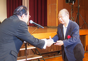 模範老人を表彰する寺本町長