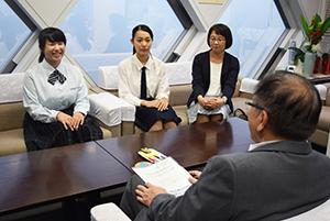 宮下教育長(手前)と議長の仕事について話し合う伊森さん㊧、中井さん