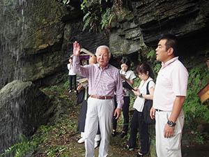 福勝寺の滝を視察する一行
