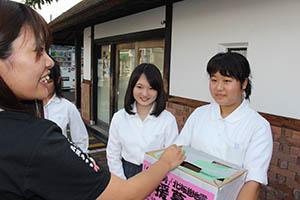募金の協力を呼び掛ける貴志川高生