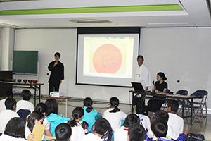 生徒に根来塗の特徴を説明する池ノ上代表(右から2人目)ら