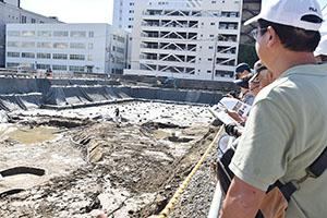 紀州藩の武家屋敷跡を見る参加者