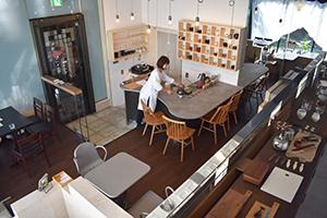 天井が高く開放的な雰囲気の店内