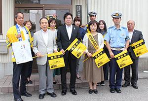 黄旗を贈呈した長尾支店長(前列中央)と県交通安全協会和歌山東支部、和歌山東地区母の会の皆さん