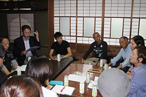 テーブルを囲み意見交換する参加者