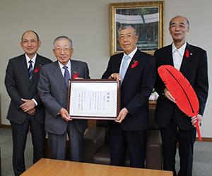 感謝状を手にする大桑会長(左から2人目)と片山会長(同3人目)ら