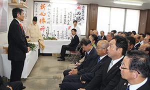 引き続き県政を担う決意を示した仁坂知事㊧