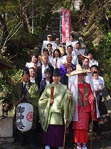 挙式した土井さん夫妻と行列に参加した実行委員ら(福勝寺で)