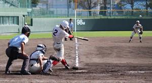 7回裏1死1塁、東妻が逆転の2点本塁打を放つ(智弁)