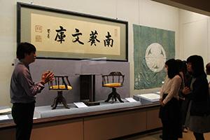 徳川慶喜直筆の幅約3㍍の扁額も展示されている