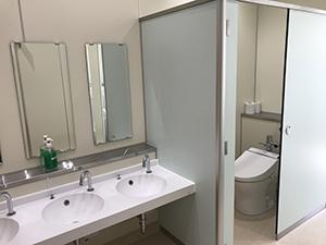 きれいに整備されたトイレ(野崎小学校)