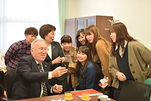学生と和やかに交流するメルジャン大使