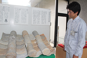 紀伊国分寺の屋根瓦も展示されている
