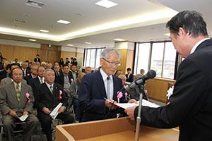 尾花市長から感謝状を受け取る吉岡さん