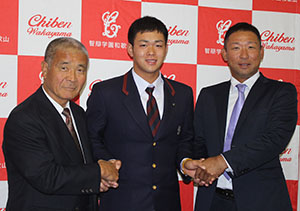 指導を受けた中谷監督㊨、髙嶋名誉監督と握手する林選手