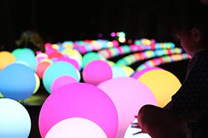 光るボールは触れると変化が