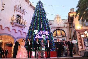 巨大なクリスマスツリーの前で点灯式