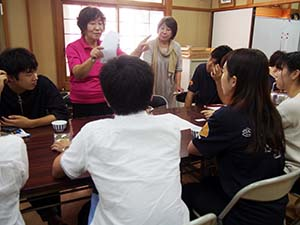 ブレンド茶について検討する赤阪代表と大学生ら