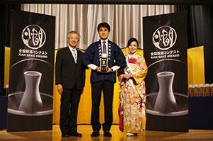 最高金賞を受賞した「全国燗酒コンテスト」の授賞式(同社提供、中央が南方さん)