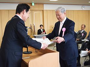 尾花市長から感謝状を受け取る自治会長