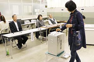投票する有権者(9日午前10時30分ごろ、和歌山商工会議所)