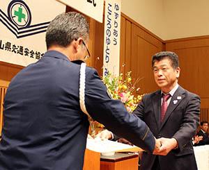 檜垣本部長から表彰を受ける受賞者