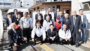公衆トイレの前で会員ら(前列右から2人目が中岡会長、3人目が尾花市長)
