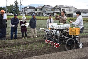 10㌢間隔でテンポよく苗を移植していく農機
