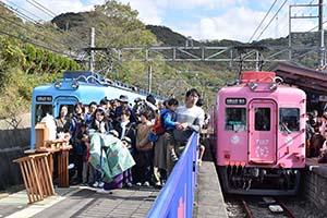 加太駅で大勢に祝福される「さち」㊨と「かい」