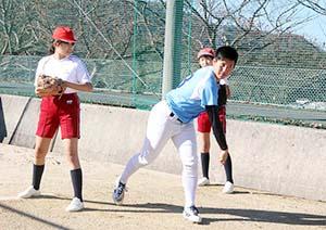 ブルペン投球でフォームを実演する東妻投手