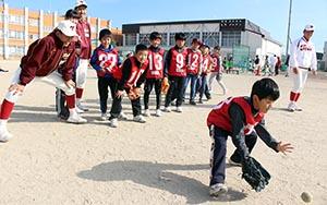 ゴロ捕球に挑戦する子ども