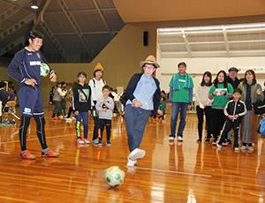 選手と一緒にゲームを楽しむ参加者