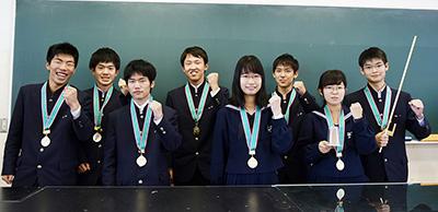 優勝メダルを掛け、全国大会へ意気込む向陽チーム