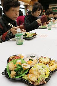 地元の食材が使われた料理を味わう会員ら