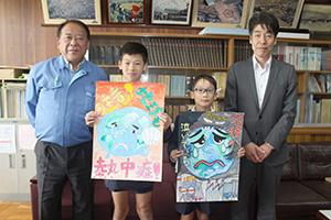 西貴志小での表彰式で(左から)樫村所長、山本君、井上君、今田校長