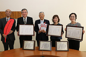 感謝状と目録を手にする出席者の皆さん(右から南方取締役、今川取締役、片山会長、今川社長、野田事務局長)