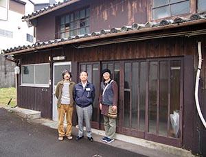 梅田さんが再生する漆器問屋で(左から梅田さん、田村理事、瀬戸山さん)
