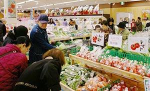 客でにぎわう野菜売り場
