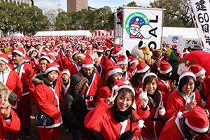 サンタの衣装を着てスタートする参加者