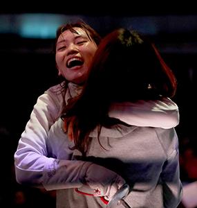 連覇を決め、姉・莉央と抱き合う東晟良選手©竹見脩吾 ©公益社団法人日本フェンシング協会