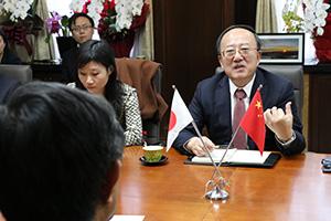 仁坂知事と歓談する于副省長