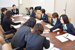 意見を出し合う女性社員たち(和歌山市美園町の和歌山トヨタ自動車で)