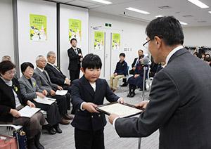 山田部長㊨から表彰状を受け取る受賞者