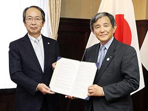 協定書を手に仁坂知事㊨と山下会長