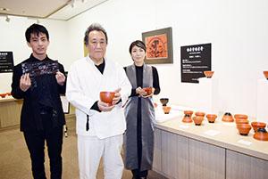 作品を手に(左から)和慶さん、曙山さん、松江さん