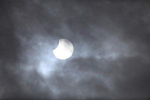 和歌山市で見られた部分日食(6日午前10時46分、こども科学館津村光則さん撮影)
