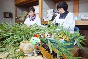 福笹作りに忙しい女性ら
