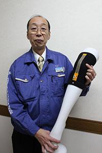 関節にも使える「高伸長FPC」を手にする浅井部長