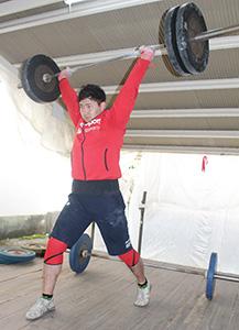気迫十分の表情でバーベルを持ち上げる藤谷選手