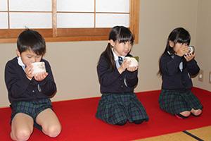 茶室で抹茶を味わう子どもたち